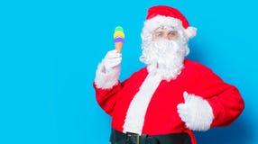 滑稽的圣诞老人获得一个乐趣用冰淇凌 库存图片