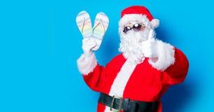 滑稽的圣诞老人获得与假期触发器的一个乐趣 免版税库存照片