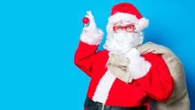滑稽的圣诞老人获得与电灯泡的一个乐趣 图库摄影