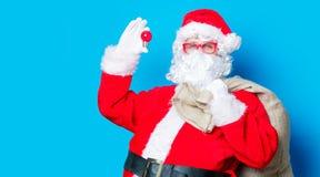 滑稽的圣诞老人获得与电灯泡的一个乐趣 免版税库存照片