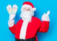 滑稽的圣诞老人获得与触发器的一个乐趣 免版税图库摄影