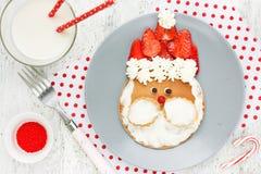 滑稽的圣诞老人薄煎饼-圣诞节孩子的早餐想法 免版税库存照片