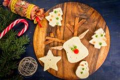 滑稽的圣诞节早餐,以圣诞节t的形式三明治 免版税库存图片