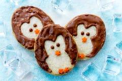 滑稽的圣诞节曲奇饼形状的企鹅 免版税库存图片
