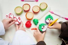 滑稽的圣诞节杯形蛋糕特写镜头  库存照片