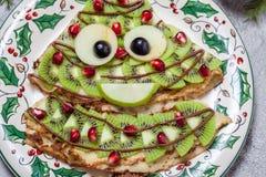 滑稽的圣诞节树型甜薄煎饼绉纱早餐 库存图片