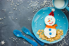 滑稽的在圣诞节的雪人早餐-创造性和健康食物 免版税库存图片