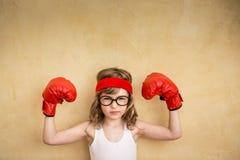 滑稽的坚强的孩子 免版税库存照片