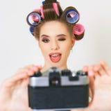 滑稽的女孩做一foto selfie在葡萄酒照相机 库存照片