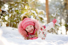 滑稽的女孩获得乐趣在雪 库存图片