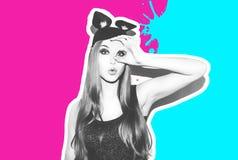 滑稽的女孩代表一只小猫或老鼠 有一种明亮的构成发型的妇女和夜穿戴获得的柳叶蒲公英属乐趣 免版税图库摄影
