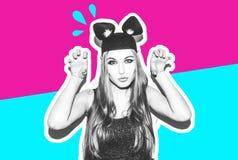 滑稽的女孩代表一只小猫或老鼠 有一种明亮的构成发型的妇女和夜穿戴获得的柳叶蒲公英属乐趣 免版税库存照片