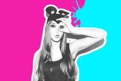 滑稽的女孩代表一只小猫或老鼠 有一种明亮的构成发型的妇女和夜穿戴获得的柳叶蒲公英属乐趣 库存照片