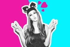 滑稽的女孩代表一只小猫或老鼠 有一种明亮的构成发型的妇女和夜穿戴获得的柳叶蒲公英属乐趣 免版税库存图片