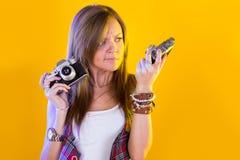 滑稽的女孩画象有两台照相机的 免版税库存照片