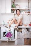 滑稽的妇女在厨房里 免版税库存照片
