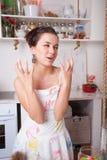 滑稽的妇女在厨房里 免版税图库摄影