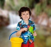 滑稽的孩子在与桶和铁锹的假日 库存图片