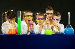 滑稽的孩子在实验室里 科学和教育在实验室 库存照片
