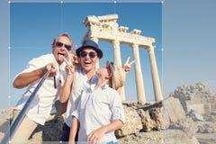 滑稽的家庭拍在阿波罗寺庙柱廊视图的一张selfie照片 免版税库存图片