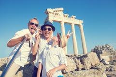 滑稽的家庭拍在阿波罗寺庙柱廊视图的一张selfie照片 库存照片