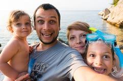 滑稽的家庭旅行selfie 免版税库存图片
