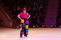 滑稽的小丑在马戏竞技场 免版税库存照片