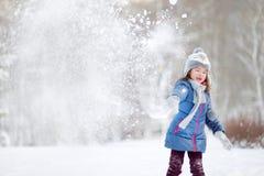 滑稽的小女孩在冬天 图库摄影