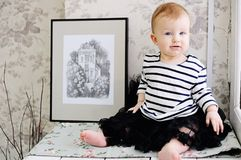 滑稽的小孩女孩佩带的条纹T恤杉 库存图片