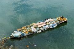 滑稽的小船由垃圾制成。 库存图片