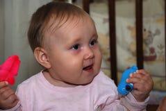 滑稽的微笑的婴孩 免版税图库摄影