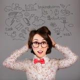 滑稽的惊奇的行家女孩有许多想法 免版税图库摄影