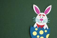 滑稽的手工制造与copyspace的动画片兔子被安置的里面鸡蛋 库存图片