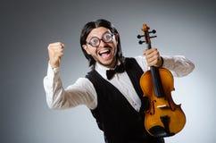 滑稽的无意识而不停地拨弄小提琴球员 库存照片