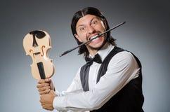 滑稽的无意识而不停地拨弄小提琴球员 免版税库存图片