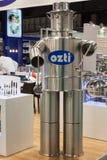 滑稽的机器人由罐制成在主人2013年在米兰,意大利 图库摄影