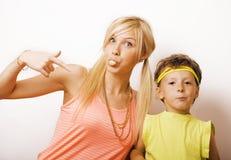 滑稽的母亲和儿子有泡泡糖的 免版税图库摄影