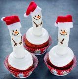滑稽的熔化的雪人圣诞节杯形蛋糕 库存照片