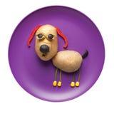 滑稽的狗由菜做成在板材 免版税图库摄影