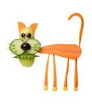 滑稽的猫由新鲜的红萝卜和胡椒制成 免版税库存照片