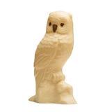 滑稽的猫头鹰由白色和牛奶巧克力制成 免版税库存图片