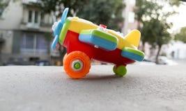 滑稽的玩具飞机,孩子比赛,想象力,梦想 库存图片