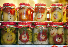 滑稽的瓶子在镇的泡菜销售Budapes匈牙利 免版税库存图片