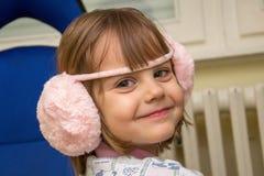 滑稽的甜点微笑的小女孩 免版税库存照片