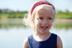 滑稽的白肤金发的女孩画象有发带的 免版税库存图片