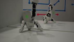 滑稽的白色跳舞机器人 股票视频