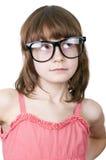戴滑稽的眼镜的逗人喜爱的thoguhtful孩子 免版税图库摄影