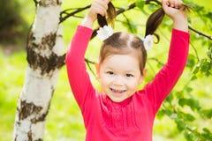 滑稽的矮小的小孩女孩特写镜头画象  免版税库存图片