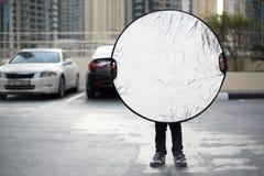 滑稽的矮小的摄影师的助理 免版税库存照片