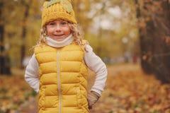 滑稽的秋天画象愉快小孩女孩走室外 库存照片